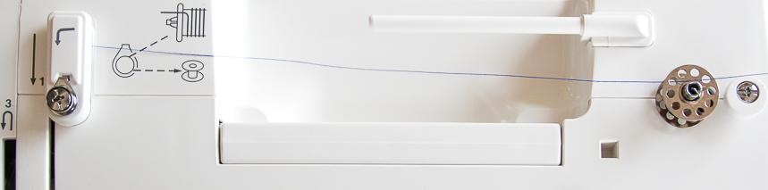 Prowadzenie nici przez szpulkę - widok z góry na maszynę do szycia